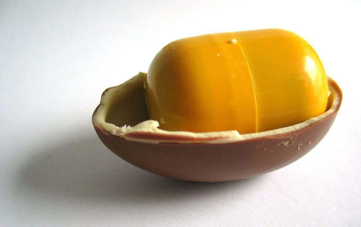 1200px-Kinder_Surprise_halved