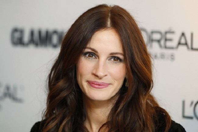 Actress Julia Roberts poses as she arrives to receive a Glamour Magazine Woman of the Year award in New York November 8, 2010.  REUTERS/Lucas Jackson (UNITED STATES - Tags: ENTERTAINMENT HEADSHOT)