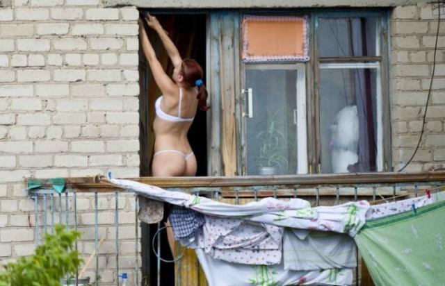 Подсматривает в окна порно, видео порно мужиков дрочат сами себя